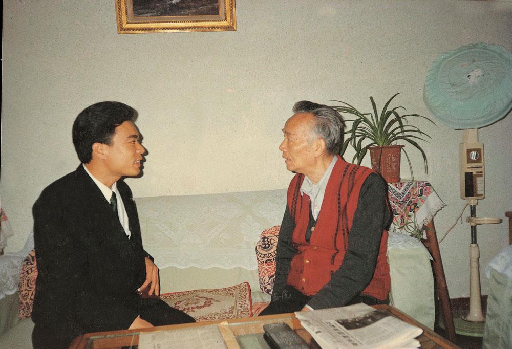 1996年陈博洲作客于原中宣部常务副部长林默涵(右)家中