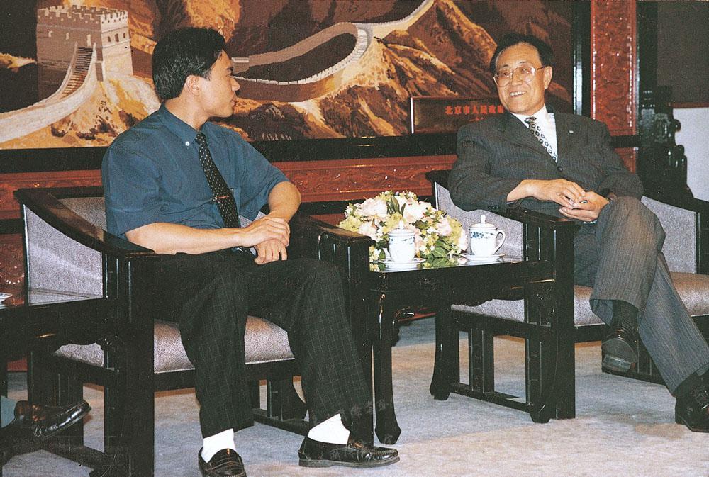 1998年春澳门联络办主任宗光耀(右)接见陈博洲
