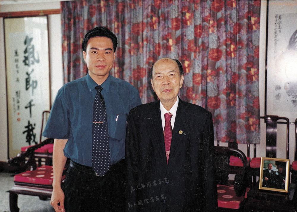 1999年3月与全国政协副主席马万祺在澳门其会客厅接见陈博洲